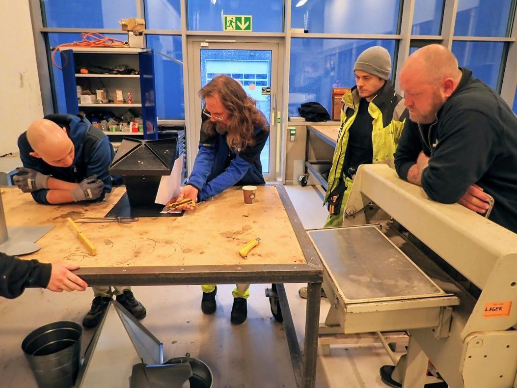 Statsråden fikk demonstrert hvordan en pipe kan lages på verkstedet. Foto: Lars Bugge Aarset