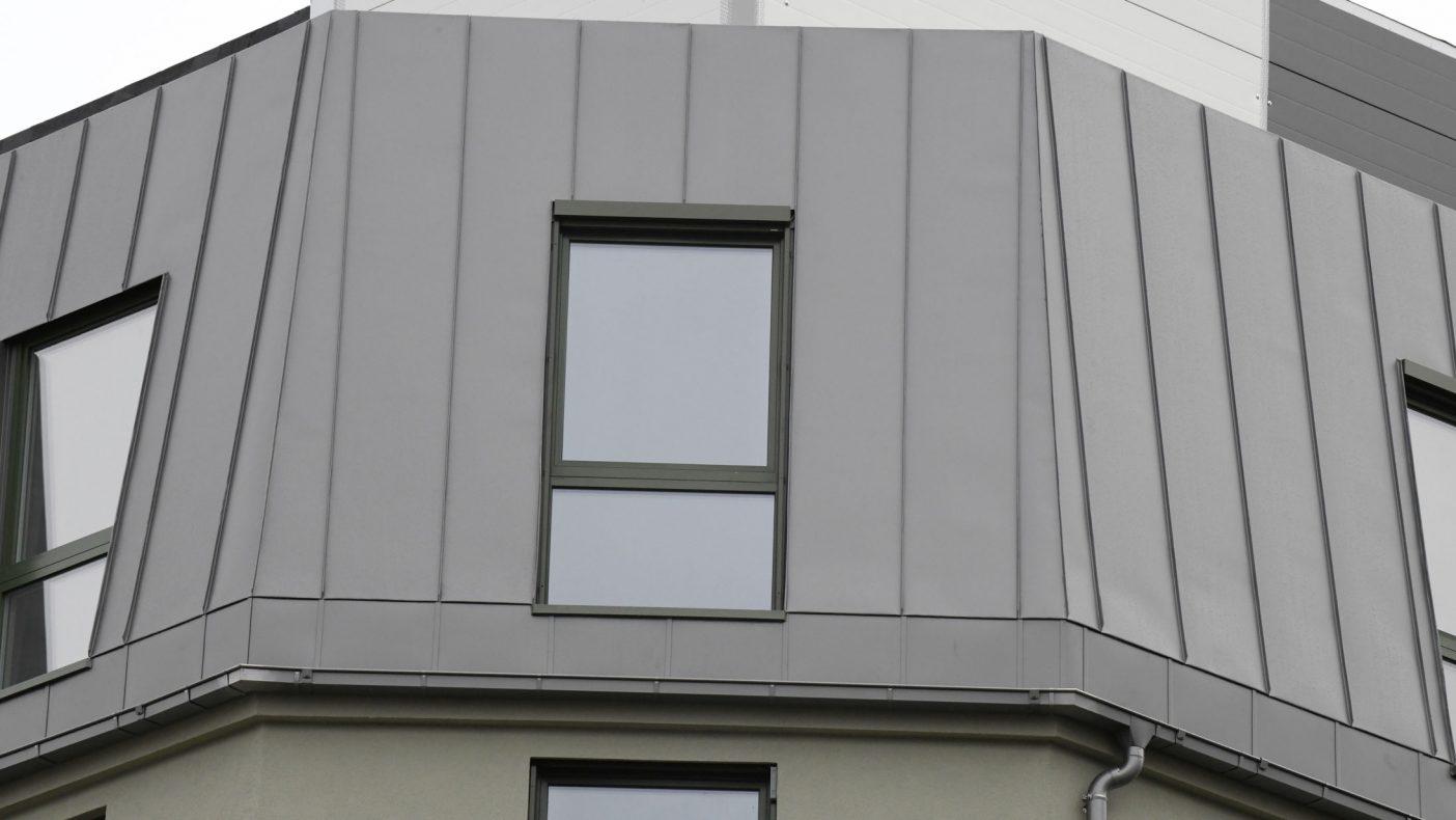 Hjørner og vinduer trenger en stødig hånd med utførelsen.