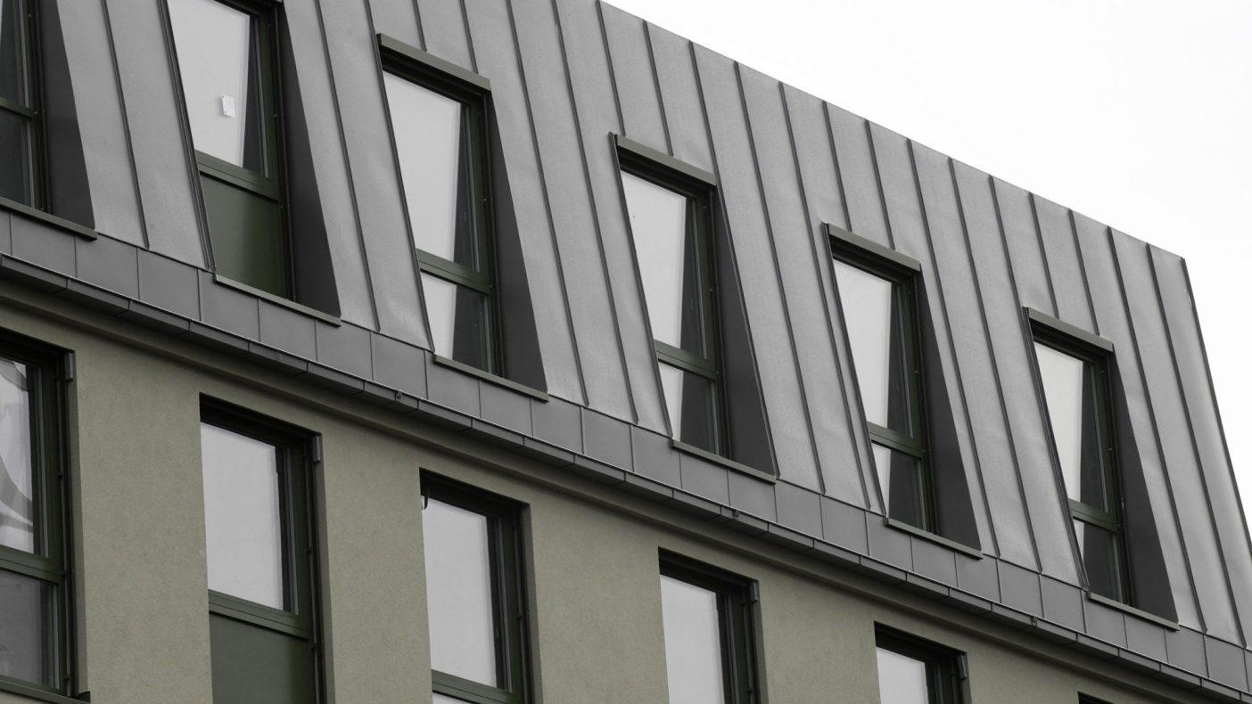 Aluminium er brukt for beslag rundt vinduene.