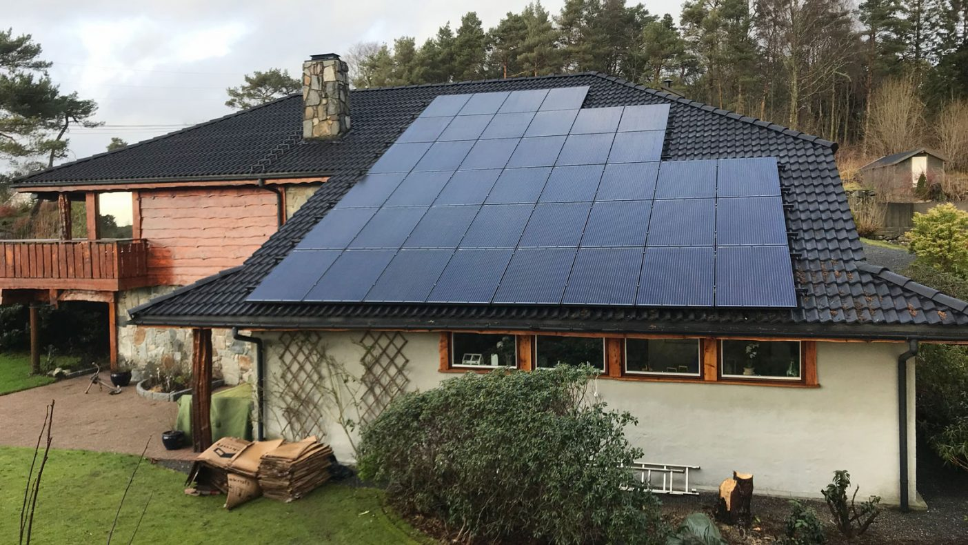 Solcelletak på eneboliger kommer i stadig økende grad, og det er ønske at blikkenslageren skal stå for monteringen.