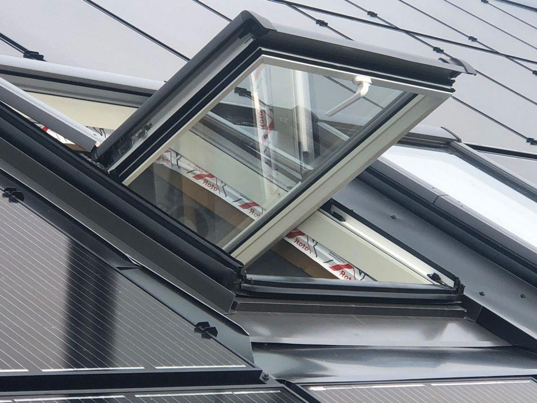 Her ser vi solcelletak med avslutning mot takvindu.