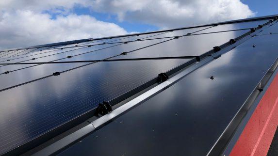 Vil at blikkenslagere monterer solceller