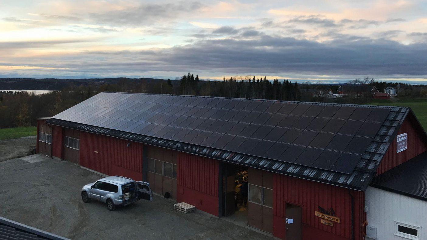 Solceller på driftsbygninger blir mer og mer vanlig.
