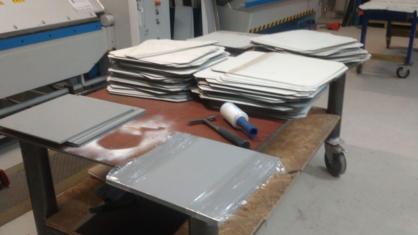 På verkstedet ble platene gjort om til kvadrater på 40 x 40 cm.