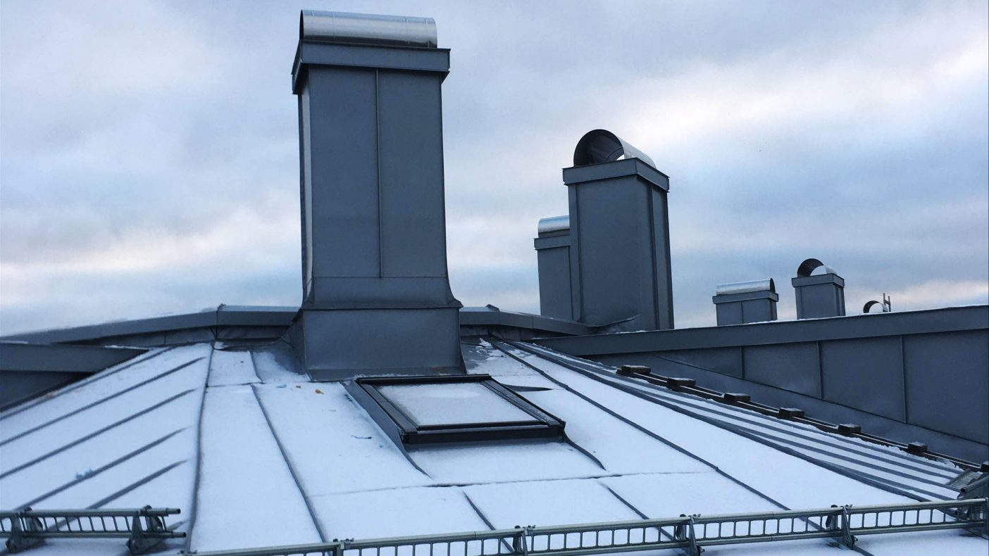 Brodin AS har mange prosjekt med skifte av tak på bygårder i Oslo. Her er det lakkerte stålplater i farge silver som er båndtekket.