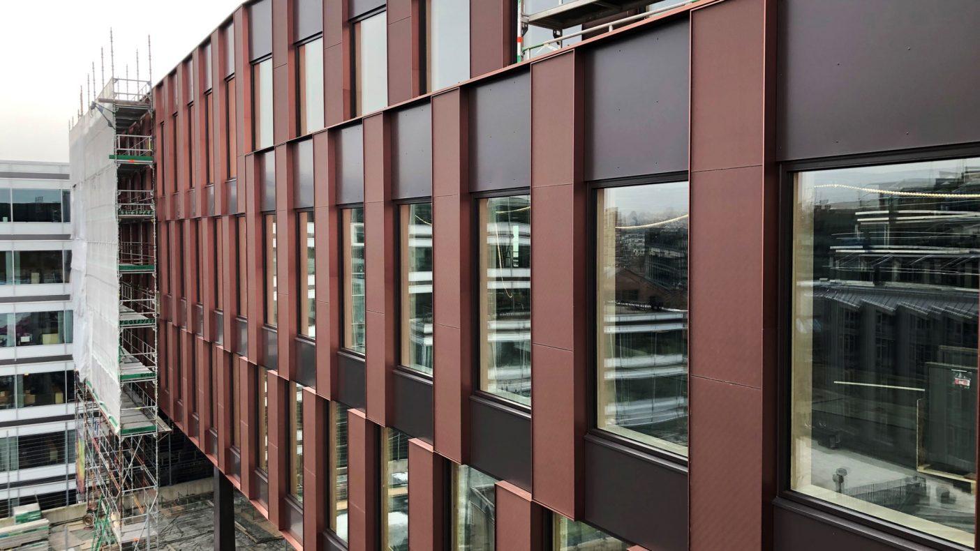 Her ser vi eloksert aluminium fra Portalen i Drammen som Buskerud Blikk & Montasje har hatt det utførende arbeidet med. Bygget har 4 400 meter med spesialprofiler som også inneholder solceller. Foto: Astrup