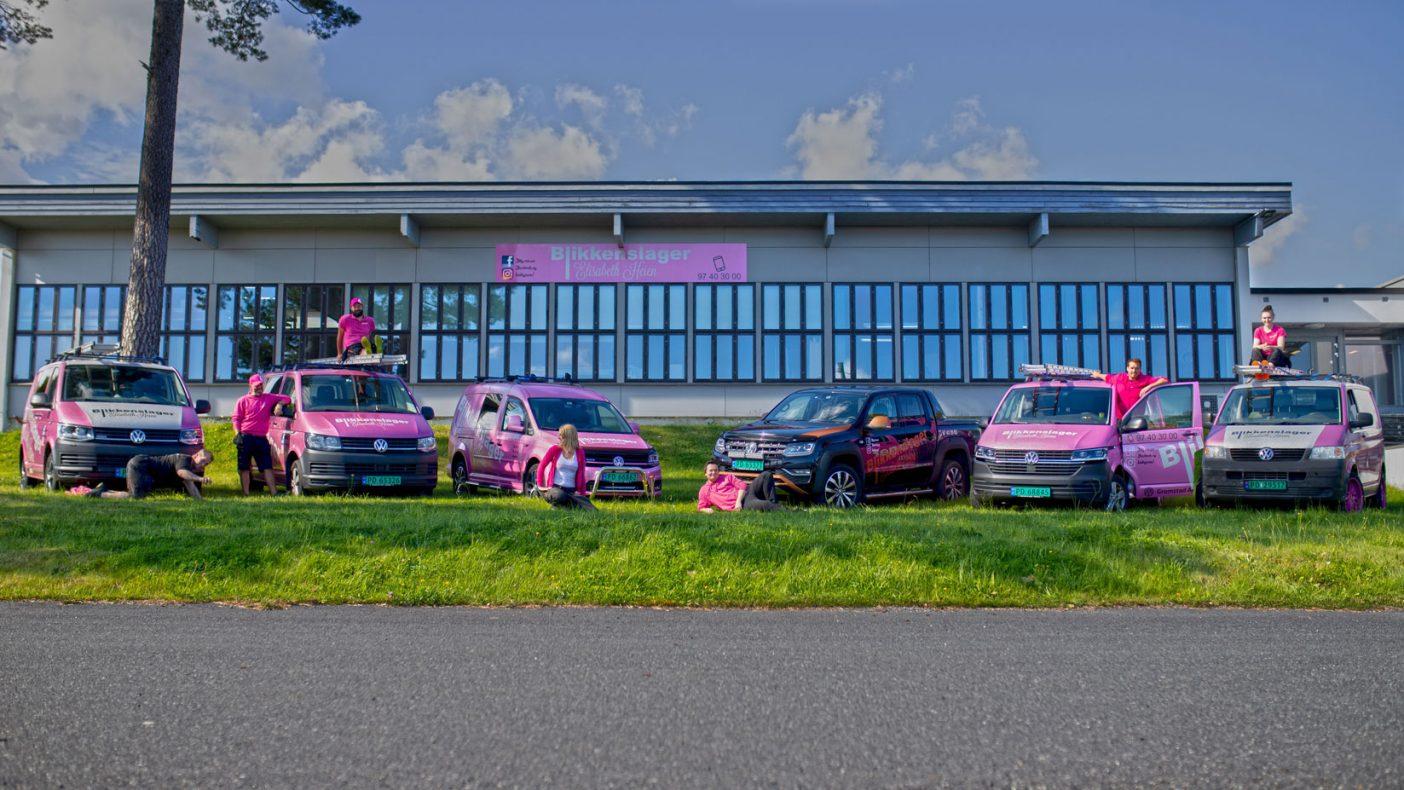 Ansatte har 6 rosa biler de bruker når de kjører fra det rosa fargede bygget de holder til i. Foto: Jenny Sundsvold