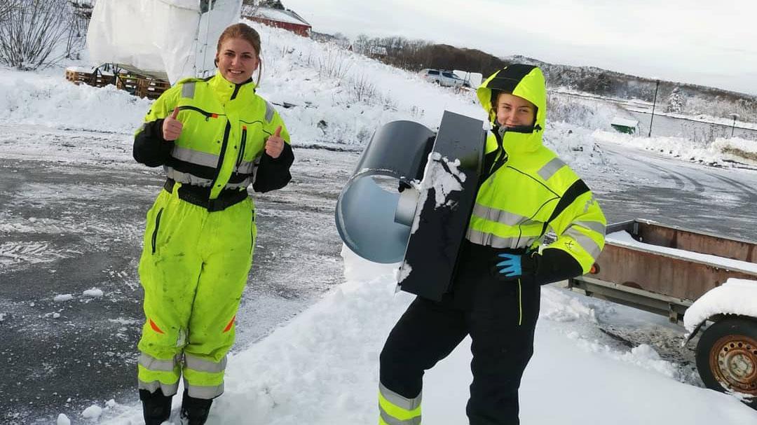 Elisabeth Heien og lærling Lene Lauvdal trives ute i det fri på jobb.