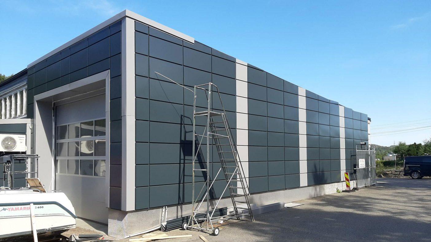 Tradisjonelt arbeid på bygg er fortsatt viktig del av omsetningen. Dette bygget eies av Eiro Eiendom. Blikkenslageren er gitt full frihet til utførelsen, hvor det er brukt brukt colorcoat. Farge er grå og mørkegrå.