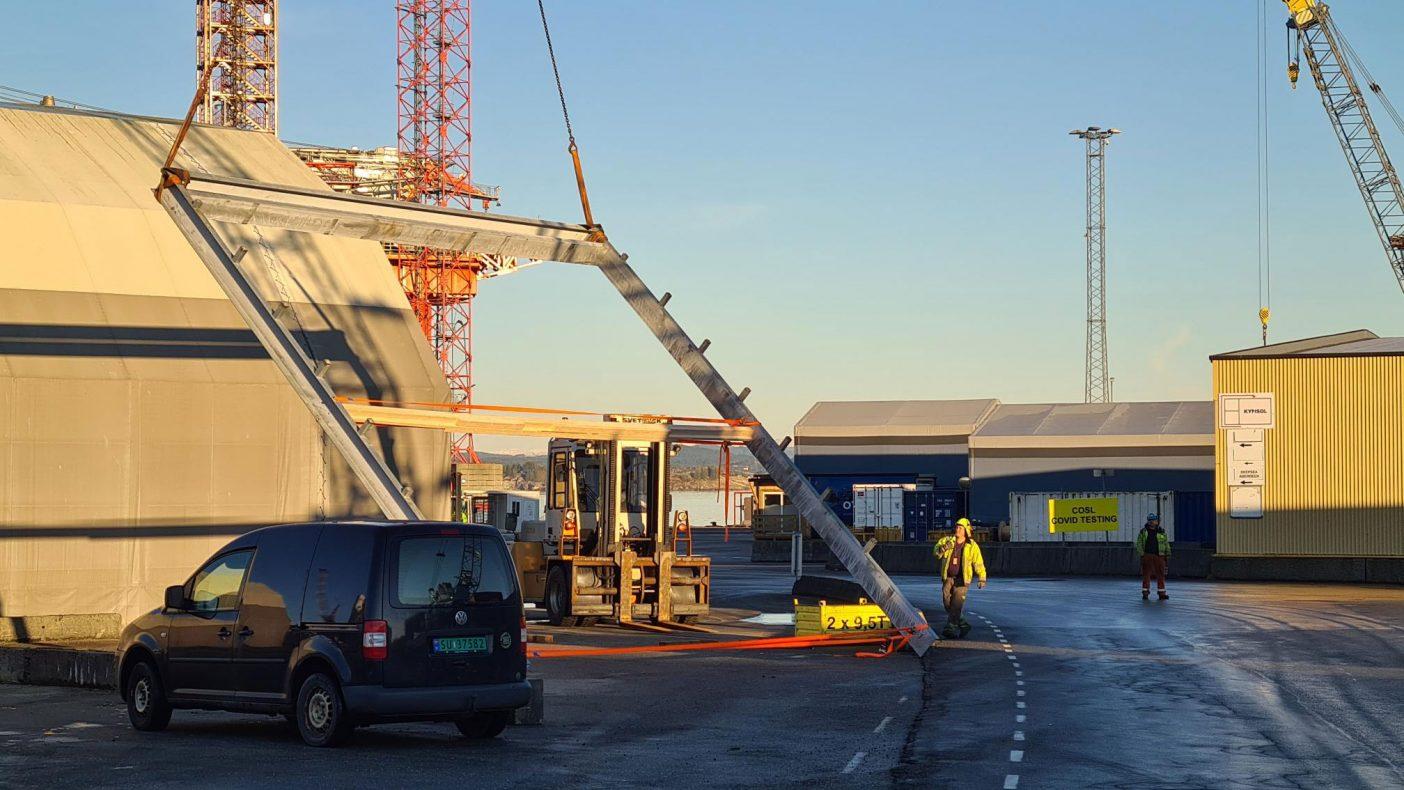 Av ulike oppgaver som utføres har vært en stor ramme som her løftes på plass for CCB. Fjell Blikk har produsert alt stålet til rammene. En ramme veier 2,4 tonn og som etterpå er kledd i beslag.