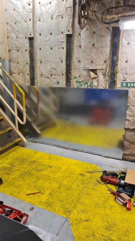 Galvaniserte stålplater monteres i rommet på riggen.