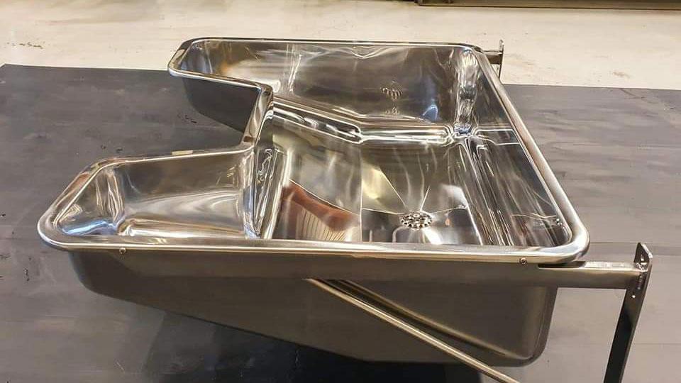 Denne vasken er laget kirurgi for Haukeland sykehus. Kirurgisk utstyr blir blant annet vasket i disse vaskene.