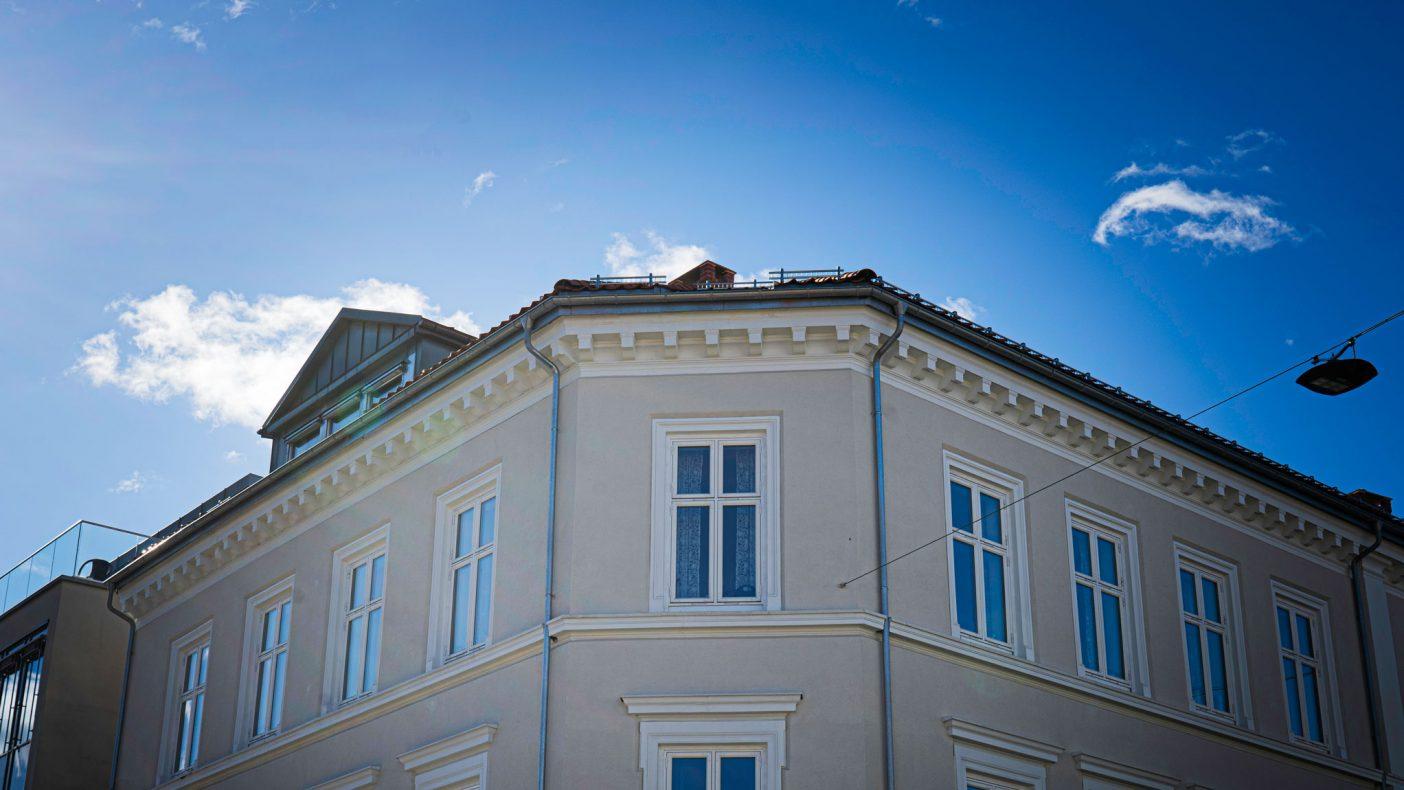 I Storgata 12 i Halden har Hellevik og Bjerkeli hatt arbeid som bidrar til travle dager.