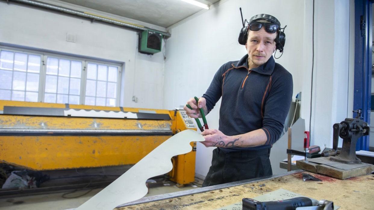 Fra verkstedet på Gjøvik produserer Vegard Kristiansen det som trengs til kunder i regionen.
