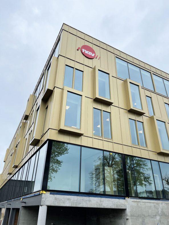 NAV har allerede flyttet inn i det nyrenoverte bygget i Sandnes som har fått et spennende fasade i aluminiumskompositt levert av Habi.