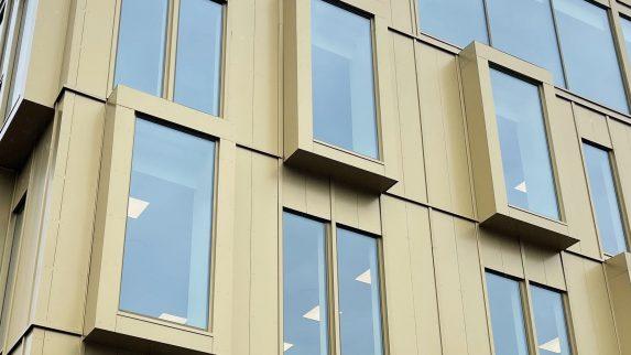 Spennende fasade i aluminiumskompositt